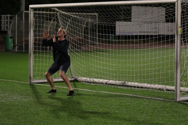 שחקן הנוער ראם עומד בשער כדורגל.jpg