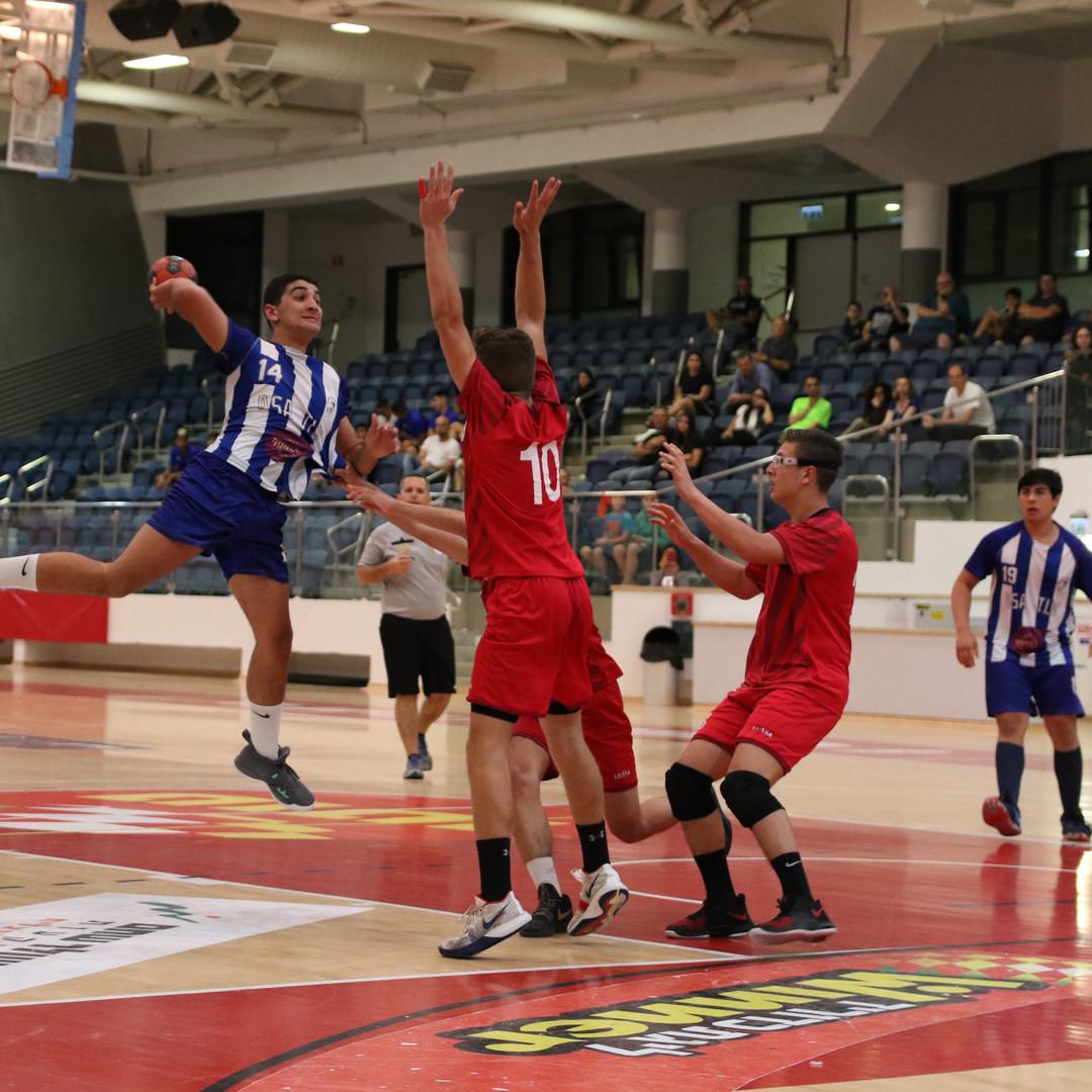 שחקן נוער אסא תל אביב קופץ מעל הגנה הקבוצה היריבה בניסיון להבקיע שער