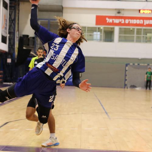שחקן נוער אסא תל אביב מזנק עם שתי רגליו באוויר לפני זריקת הכדור לשער