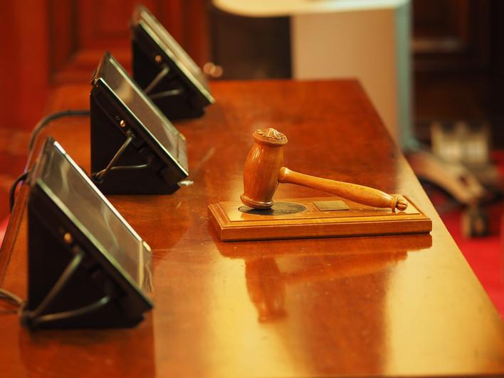 פטיש בית משפט מונח על דוכן השופט