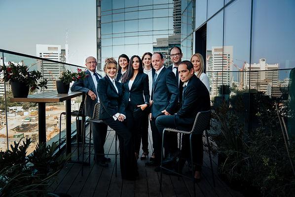 צוות משרד עורכי דין בן-שחר, לקנר ושות' במרפסת משרדם