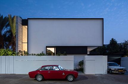 רכב אדום בחזית בית פרטי בהוד השרון