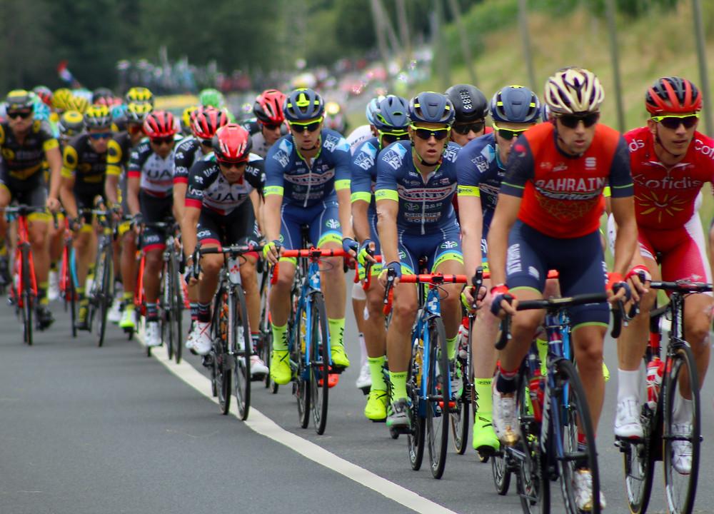 קבוצת רוכב אופניים במירוץ