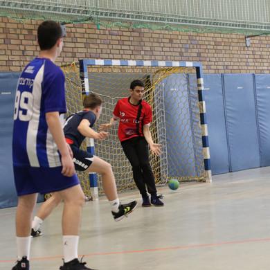 שוער נוער אסא תל אביב  מנסה לעצור זריקת כדור של שחקן יריב