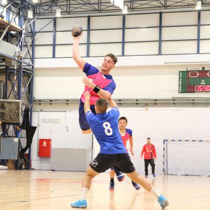 שחקן נוער אסא תל אביב קופץ מעל שחקן יריב