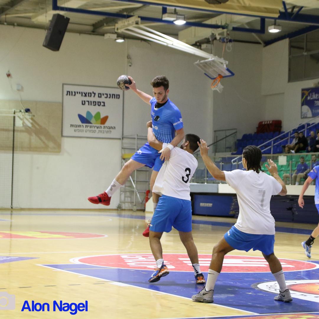 שחקן הנוער ראם רוזה קופץ מעל הגנת רחובות