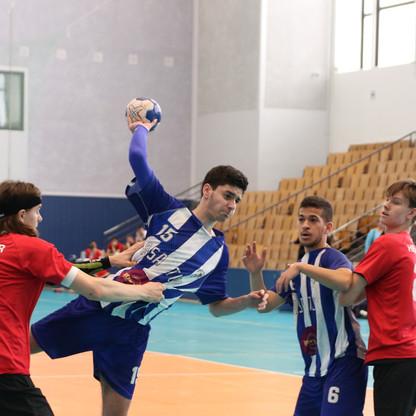 שחקן נוער אסא תל אביב קופץ מעל שחקן יריב בניסיון זריקת כדור לשער ולידם שני שחקנים נוספים