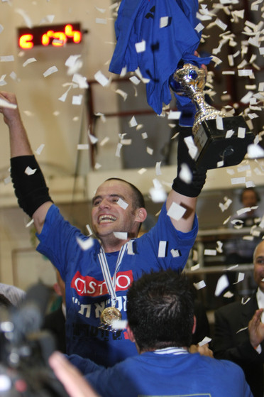 עומר שור חוגג עם גביע המדינה לעונת 2008-9.jpg