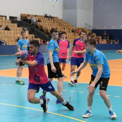 שחקן נוער אסא תל אביב לאחר שהצליח להשתחל בין הגנת הקבוצה היריבה