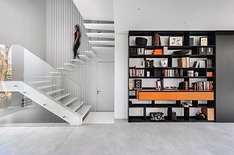 וגרם מדרגות לבן מוביל לספריה מודרנית בחל