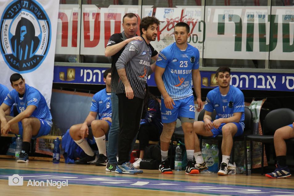 מאמן אסא תל אביב מעודד שת שני שחקניו.jpg