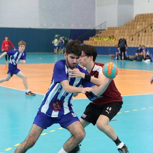 מאבק על הכדור בין שני שחקנים