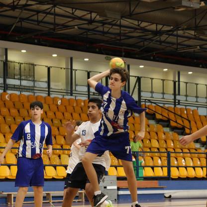 שחקן נוער אסא תל-אביב מנתר גבוה וזורק לשער