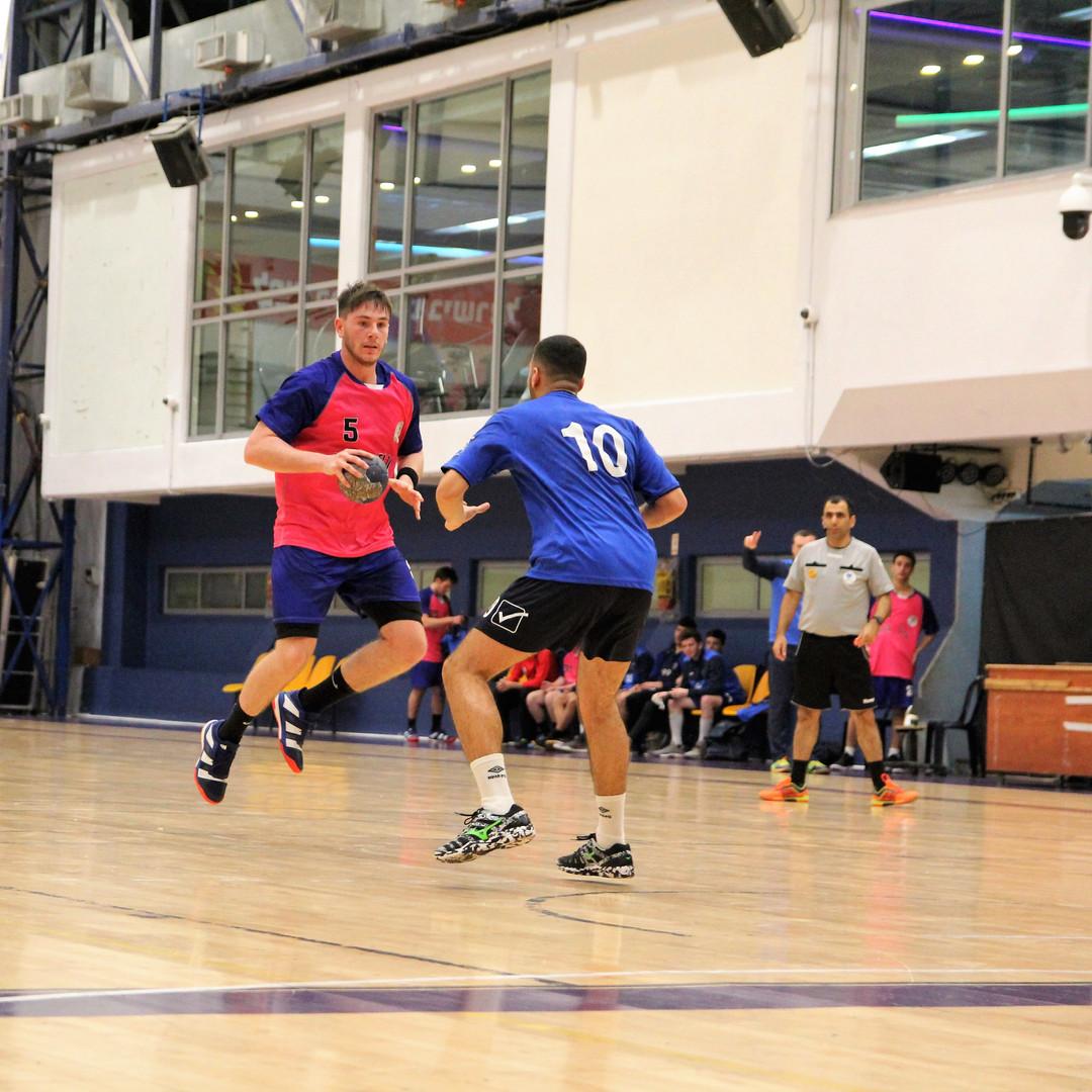שחקן נוער אסא תל אביב מנסה לעבור שחקן יריב במשחק