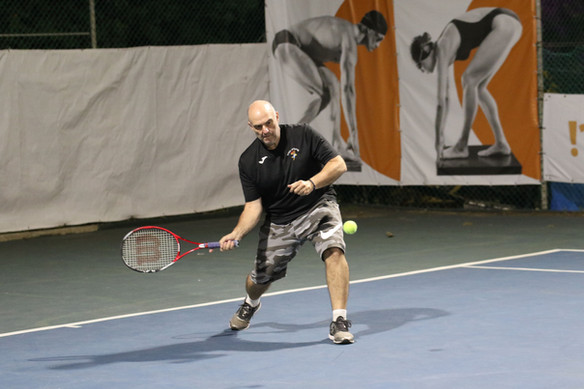 אלון נגל חובט בכדור טניס.jpg
