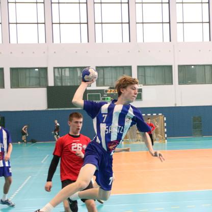 שחקן נוער אסא תל אביב מנתר תוך כדי זריקת כדור לשער ומאחוריו שחקן יריב