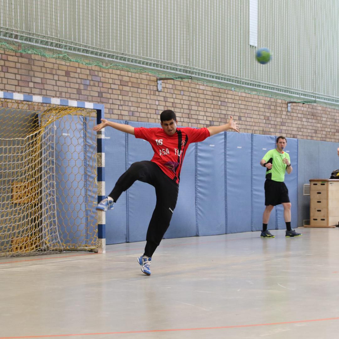 שוער נוער אסא תל אביב מנסה לבלום כדור שנזרק על ידי שחקן יריב