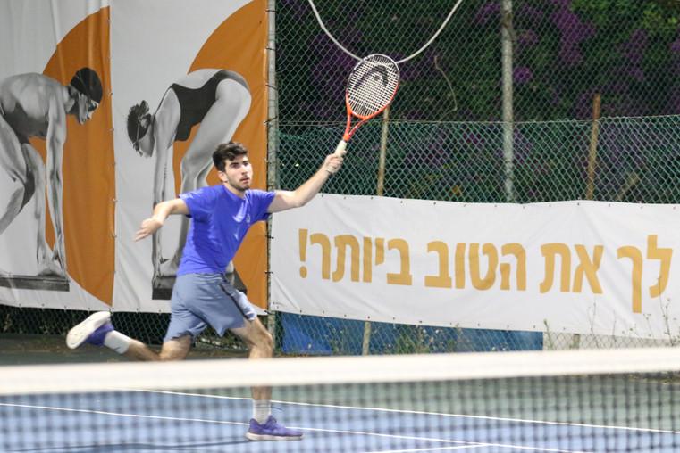 גיא טננוורצל משחק טניס בפעילות לילה לבן