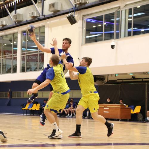 שחקן נוער אסא תל אביב קופץ מעל שני שחקני קבוצה יריב ומנסה לאיים על השער