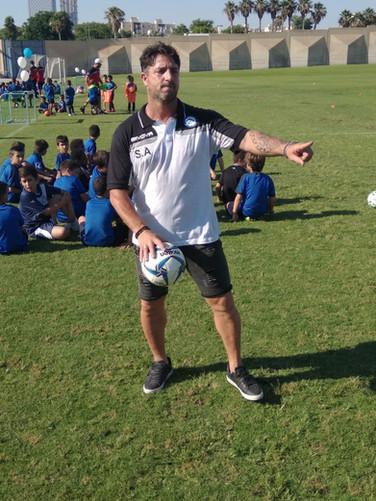 פליקס חלפון מתדרך את שחקני בית הספר לכדורגל ביתר תל-אביב בת-ים