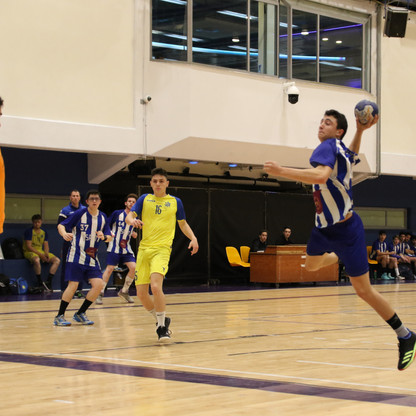 שחקן נוער אסא תל אביב מנתר מניף את ידו לצורך זיקת כדור לשער שהשוער היריב מנסה להגן