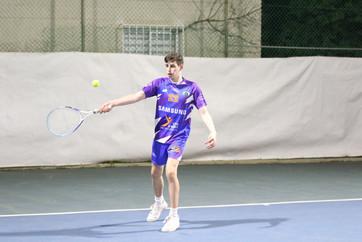 שחקן הנוער חג'ג' חובט בכדור טניס.jpg