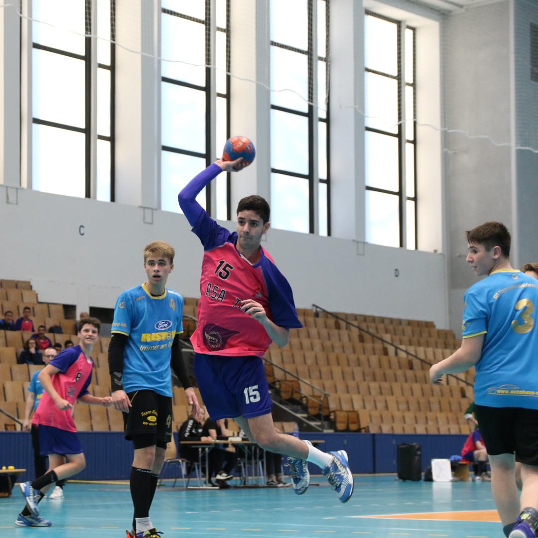 שחקן נוער אסא תל אביב מנתר בקרבת השוער היריב לפני זריקת כדור לשער