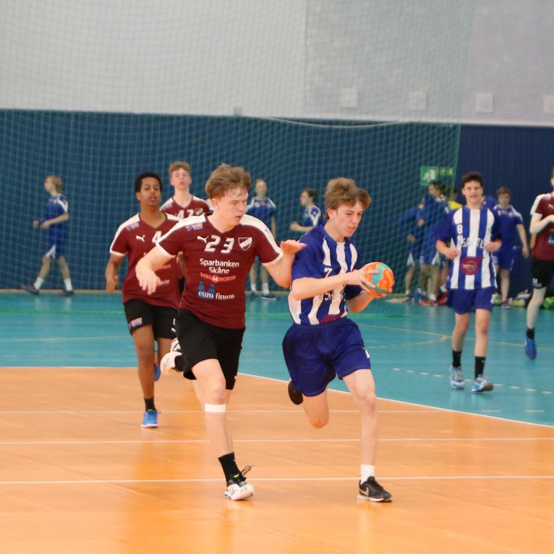 שחקן אסא תל אביב בריצה עם כדור ששחקן יריב מנסה לעצור בעדו