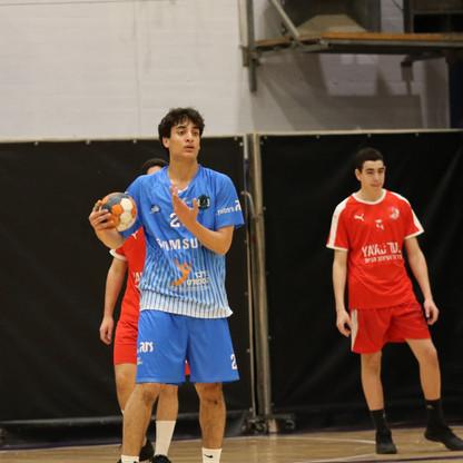 כרמלי יונתן שחקן הנוער אוחז בכדור.jpg