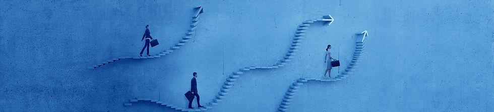 שלושה אנשים עולים על מדרגות דמיוניו