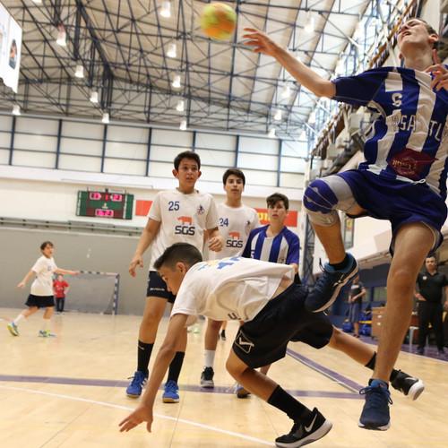 שחקן נוער אסא תל-אביב נבלם על ידי שחקן הגנה