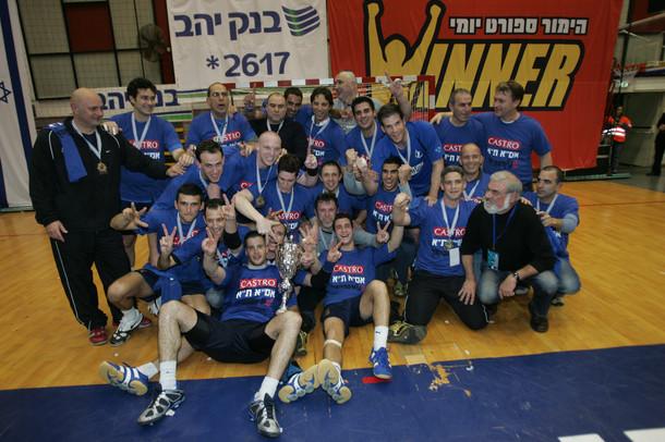 """שחקני אס""""א תל-אביב עם גביע המדינה 2008-9"""