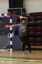 שוער אסא תל-אביב מנסה לעצור כדור זנרק לע