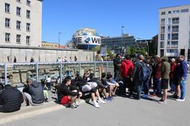 """שחקני נוער אס""""א תל-אביב יושבים ליד קטע חומת ברלין המזרחית"""