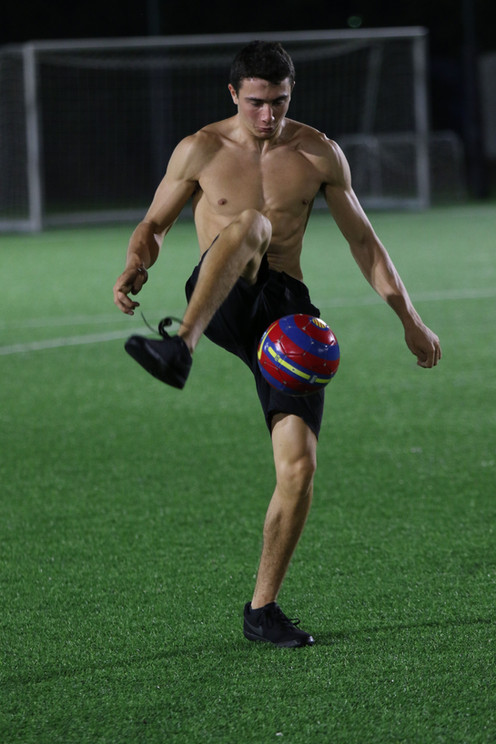 תום ליבוב מקפיץ כדורגל על רגלו.jpg