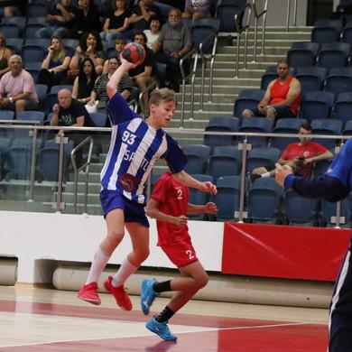 שחקן נוער אסא תל אביב קופץ ואוחז בכדוריד