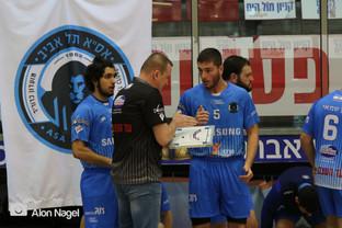 מאמן אסא תל-אביב מתדרך את שחקנו יובל ימנ