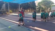 תלמידי בית הספר במהלך תרגי כדורגל שמועבר על ידי פליקס חלפון