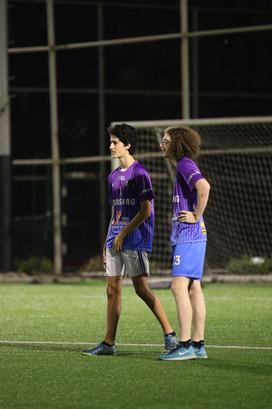 אופק ותומר משחקים כדורגל בפעילות לילה לב