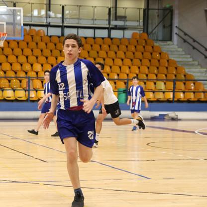 שחקן נוער אסא תל-אביב רץ במהלך משחק.jpg