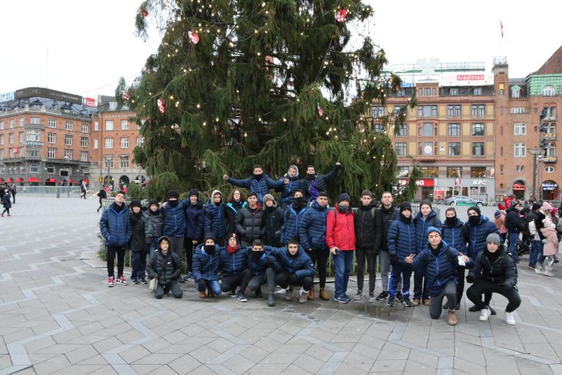 שחקני מחלקת הנוער אסא תל אביב ליד עץ חג