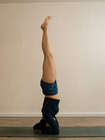 עמידת ראש יוגה על ידי רנטה לוקאש.jpg