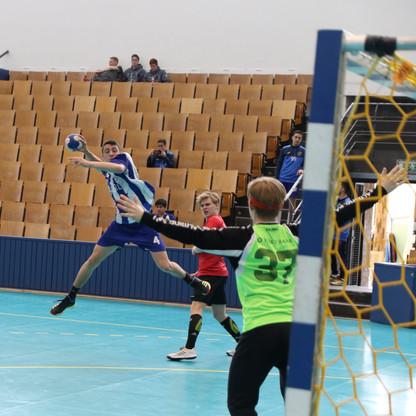 מבט מאחורי השער ששחקן נוער אסא תל אביב מנתר תוך כדי ניסיון זריקת כדור לשער