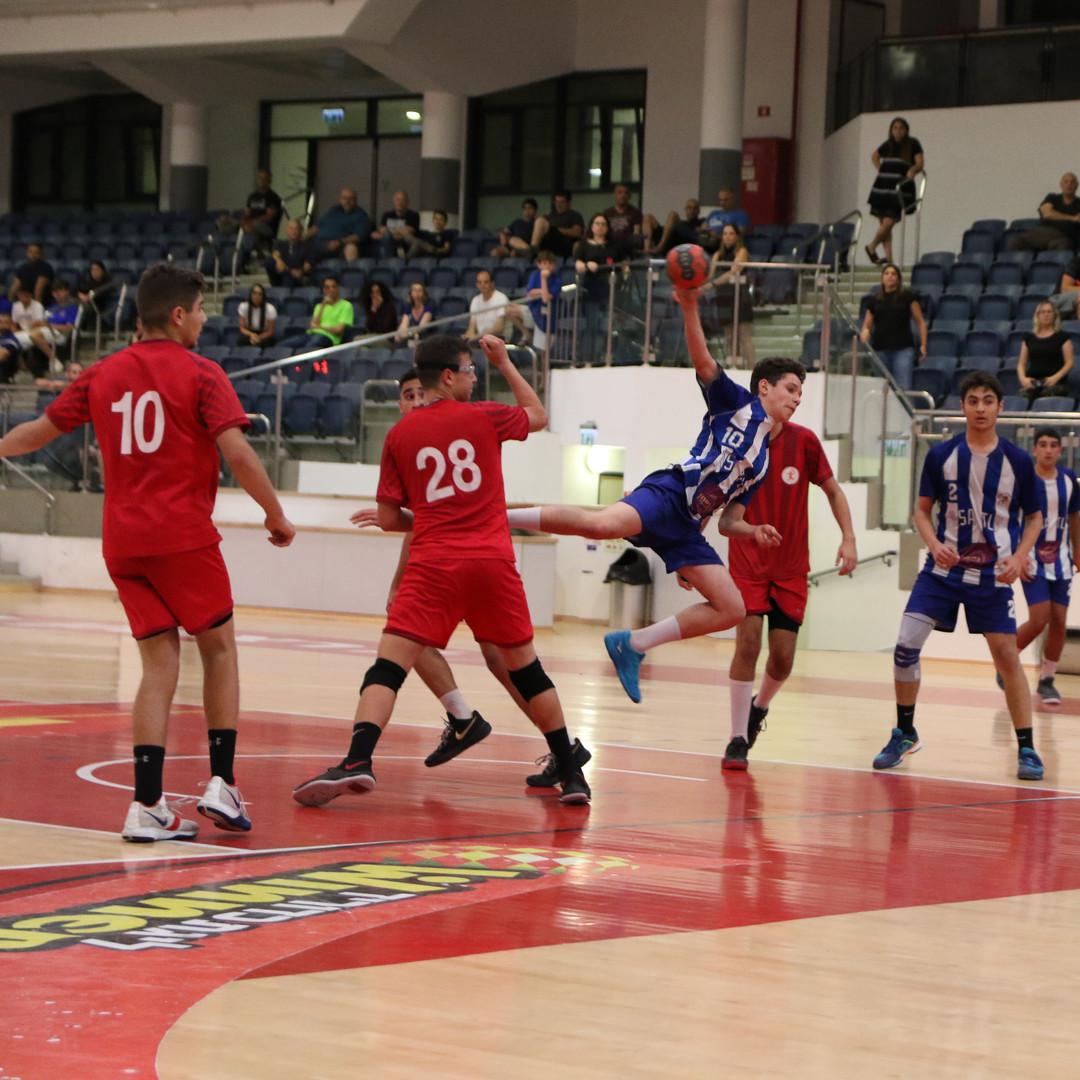 שחקן נוער אסא תל אביב קופץ בין שחקני הקבוצה היריבה לפני זריקת כדוריד לשער