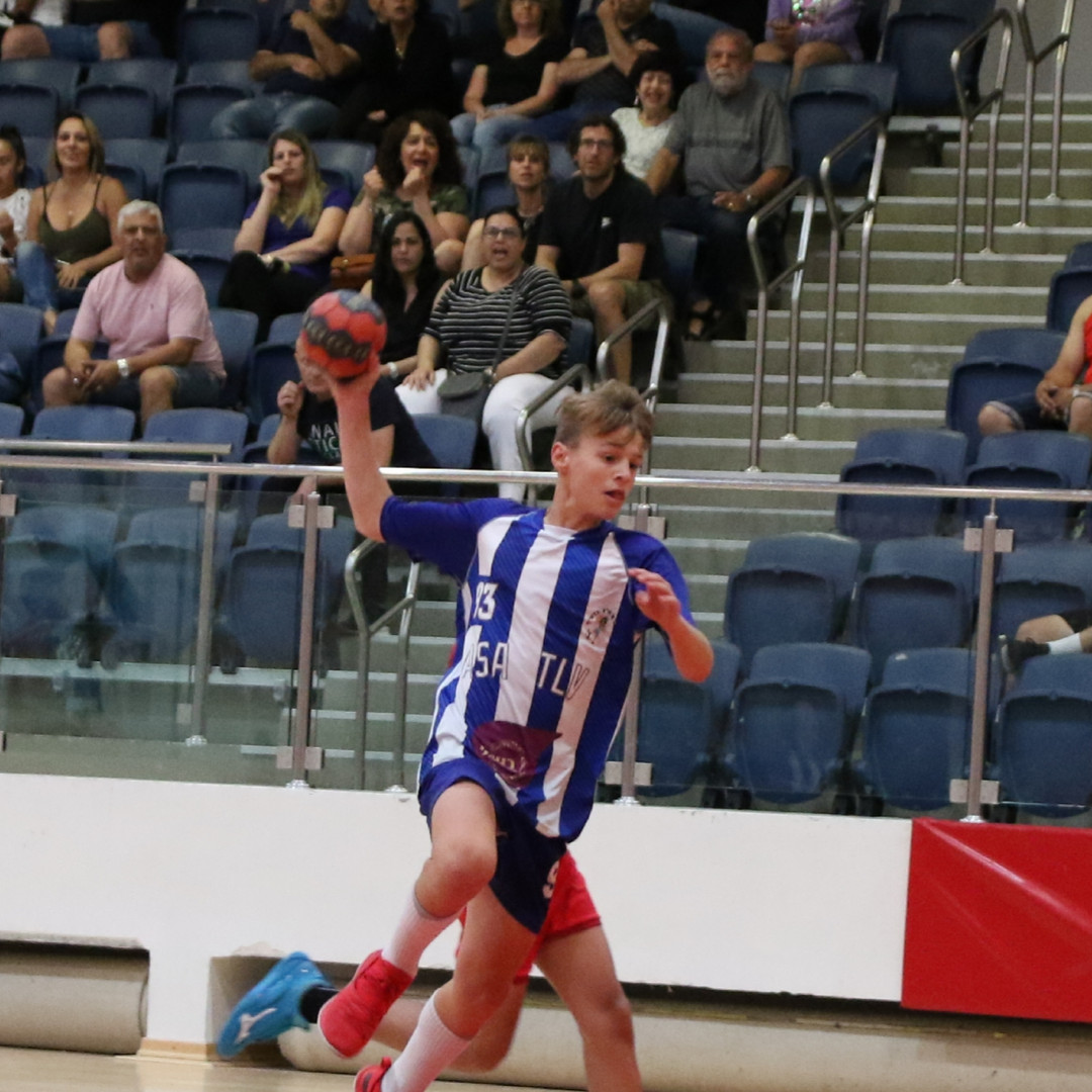 שחקן נוער אסא תל אביב קופץ וזורק כדוריד