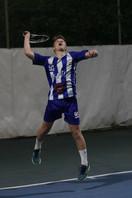 שחקן הנוער שחר מקפץ וחובט בכדור טניס.jpg