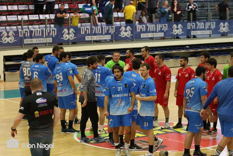 שחקני אסא תל אביב ושחקני אילת בסיום משחק