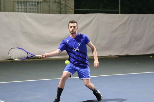 שחקן הנוער ראם משחק טניס.jpg