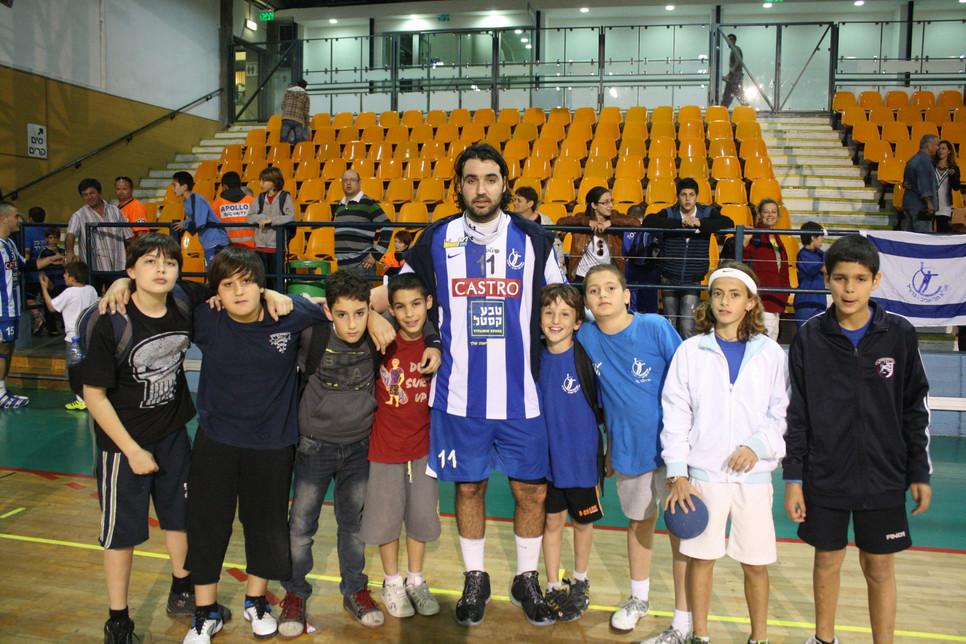 תום מטלון עם שחקני בית הספר לכדוריד בעונת 2011
