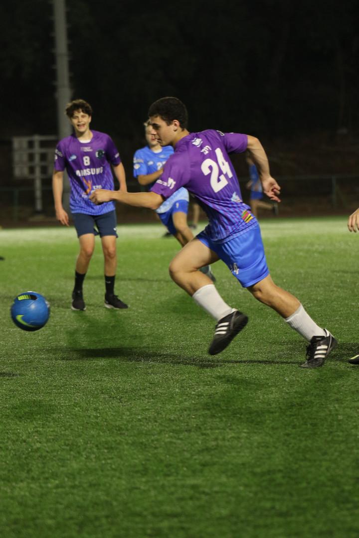 שחקן הנוער אלעד במהלך ריצה עם כדורגל.jpg